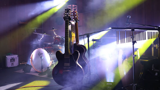 Post image Why Famous Guitarists Change Guitars on Stage guitars - Why Famous Guitarists Change Guitars on Stage